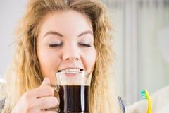 Смешная женщина быть последним выпивая кофе Стоковое Изображение RF