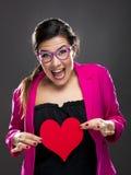Смешная женщина держа сердце стоковое изображение rf