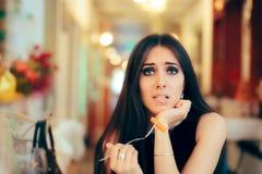Смешная женщина есть здоровую еду ресторана на партии Стоковые Изображения RF