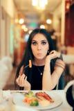 Смешная женщина есть здоровую еду ресторана на партии Стоковое фото RF