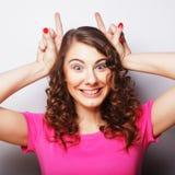 Смешная женщина делая знак руки Стоковые Изображения