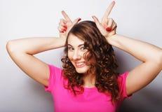 Смешная женщина делая знак руки Стоковое фото RF