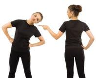 Смешная женщина нося пустые черные фронт и заднюю часть рубашки Стоковые Фото