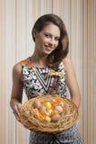 Смешная женщина с пасхальными яйцами стоковое изображение