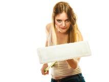 Смешная женщина чистки держа новый mop Стоковое фото RF