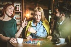 смешная игра 3 друз на кафе Стоковые Фотографии RF