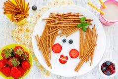 Смешная идея искусства еды для здорового завтрака ребёнка - st печений стоковая фотография
