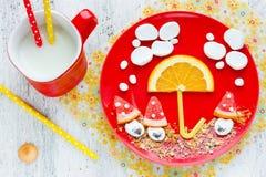 Смешная идея для детей - зефир завтрака с плодоовощ и cooki стоковые фото