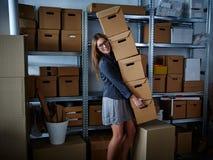 Смешная коммерсантка держа ящики для хранения Стоковые Фотографии RF