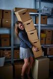 Смешная коммерсантка держа ящики для хранения Стоковое Изображение