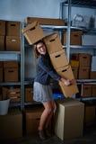 Смешная коммерсантка держа ящики для хранения Стоковое Фото