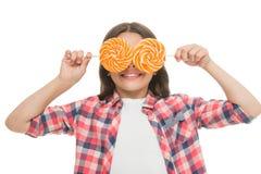 Смешная крышка ребенка наблюдает при леденцы на палочке изолированные на белизне Девушка с глазами конфеты фасонируйте лето именн Стоковое фото RF