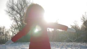 Смешная маленькая девочка имея потеху в красивом парке зимы Портрет зимы прелестной небольшой девушки смотрит в камеру сток-видео