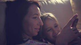 Смешная мама и прекрасная дочь имеют потеху с планшетом любить семьи счастливый видеоматериал