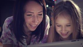 Смешная мама и прекрасная дочь имеют потеху с планшетом любить семьи счастливый сток-видео