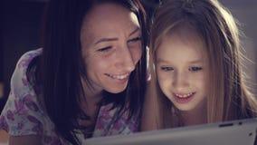 Смешная мама и прекрасная дочь имеют потеху с планшетом любить семьи счастливый акции видеоматериалы