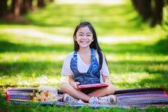 Смешная маленькая азиатская девушка уча Стоковое Изображение
