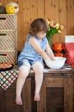 Смешная маленькая девочка варя пирог в кухне, замешивая тесте Стоковое Фото