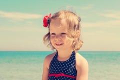 Смешная маленькая девочка на пляже Стоковая Фотография