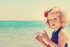Смешная маленькая девочка на пляже Стоковое фото RF