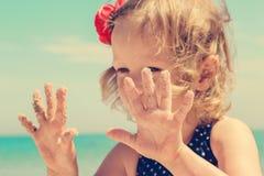 Смешная маленькая девочка на пляже Стоковое Изображение