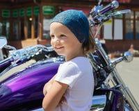 Смешная маленькая девочка около мотоциклов Стоковое Изображение