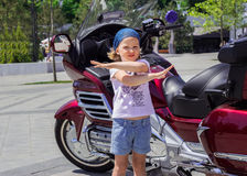Смешная маленькая девочка около мотоциклов Стоковая Фотография