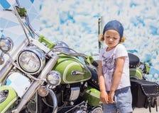 Смешная маленькая девочка около мотоциклов Стоковая Фотография RF