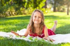Смешная маленькая девочка с зелеными яблоками Стоковые Изображения