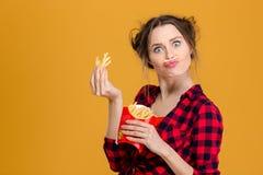 Смешная милая молодая женщина делая поддельный усик с фраями стоковые изображения rf