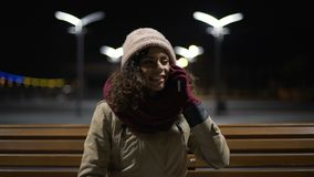 Смешная многонациональная девушка в чудесном настроении, вызывая ее друга для того чтобы делить хорошие новости сток-видео