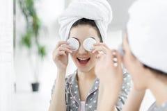 Смешная молодая женщина после ливня Принципиальная схема внимательности кожи стоковая фотография rf