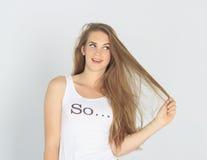 Смешная молодая дама имея проблему с ее волосами Стоковые Изображения
