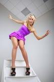 Смешная молодая женщина представляя на лестнице стоковая фотография rf