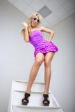 Смешная молодая женщина представляя на лестнице стоковые фотографии rf