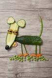 Смешная мышь сделанная из огурца и горохов на древесине Стоковые Изображения RF