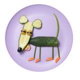 Смешная мышь сделанная из огурца на фиолетовой плите Стоковое фото RF