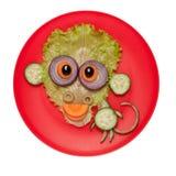 Смешная обезьяна сделанная из огурца и салата на плите Стоковые Изображения RF