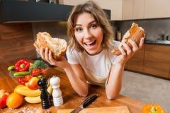 Смешная домохозяйка в кухне с свежим хлебом в руках стоковое фото rf