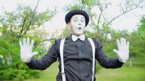 Смешная пантомима crooking на камере в парке акции видеоматериалы