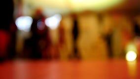 Смешная партия диско - люди танцев в де-сфокусированном клубе, видеоматериал