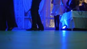 Смешная партия диско - люди танцев в клубе - ноги акции видеоматериалы