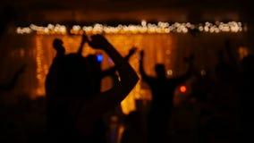 Смешная партия диско - люди танцев в клубе сток-видео