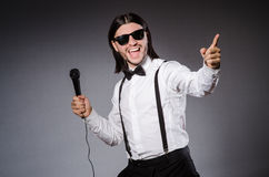 Смешная певица с микрофоном Стоковая Фотография RF