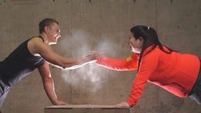 Смешная положительная брюзгливая женщина и sporty handshaking человека видеоматериал