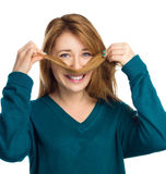 Смешная предназначенная для подростков женщина кладя волосы любит усик Стоковые Изображения