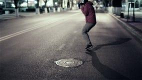 Смешная прогулка парня вниз с города улицы ночи, свободного сток-видео