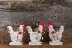 Смешная радушная белая древесина кухни коттеджа страны петуха цыпленка Стоковые Фотографии RF
