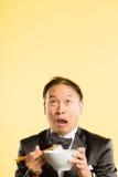 Предпосылка желтого цвета определения смешных людей портрета человека реальных высокая стоковая фотография