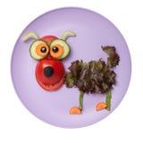 Смешная собака сделанная из томата, салата и огурца Стоковая Фотография